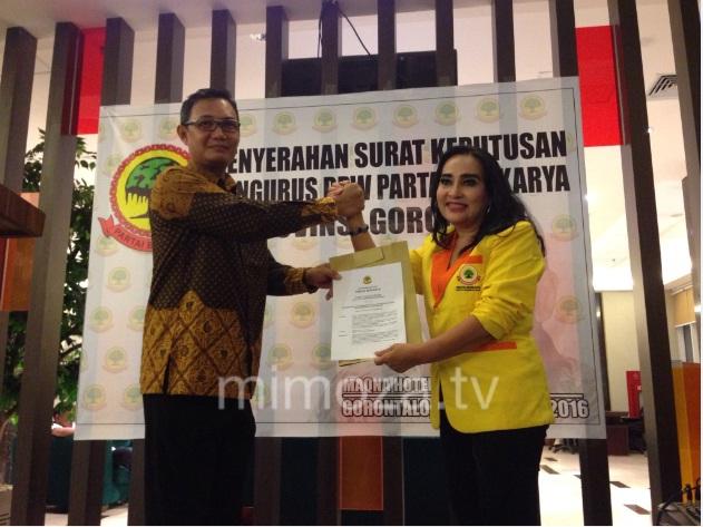Bari Doku saat menerima SK dari Ketua Umum Pengurus Pusat Partai Berkarya, Neneng A.Astuti
