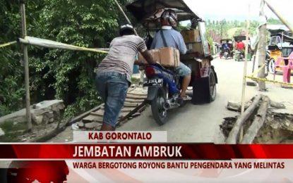 WARTA 67 – (Video) Warga Bergotong Royong Bantu Pengendara Yang Melintas Akibat Jembatan Ambruk