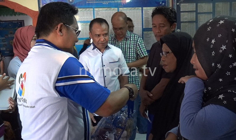 Walikota Marten Taha saat memberikan bantuan kepada warga