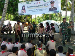 Anggota Kodim 1304 mengajarkan peserta cara bongkar pasang senjata