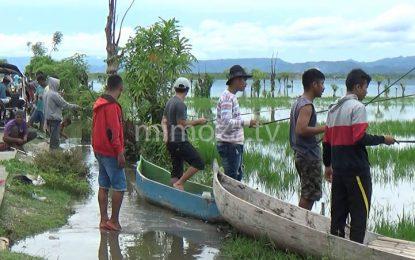 Air Danau Meluap, Warga Ramai-Ramai Pancing Ikan Dilokasi Banjir