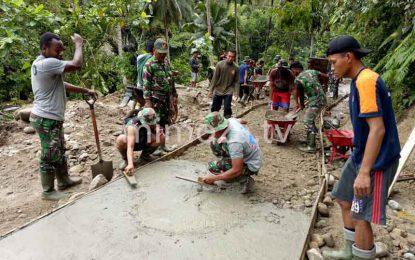 TNI Dibantu Warga Mulai Lakukan Pengecoran Jalan Tulabolo