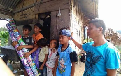 Sambangi Pasutri Yang Tinggal Di Gubuk, Jurnalis Gorontalo Serahkan Bantuan