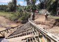Tak Kuat Menahan Beban, Jembatan Penghubung Desa Ambruk Dan 1 Mobil Terjebak