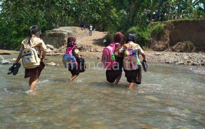 Tak Kunjung Ada Perbaikan Jembatan, Warga Terpaksa Melawan Arus Saat Menyebrangi Sungai