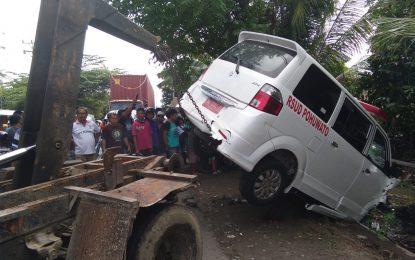 Hindari Pengendara Motor Mabuk, Mobil Ambulans Malah Masuk Got