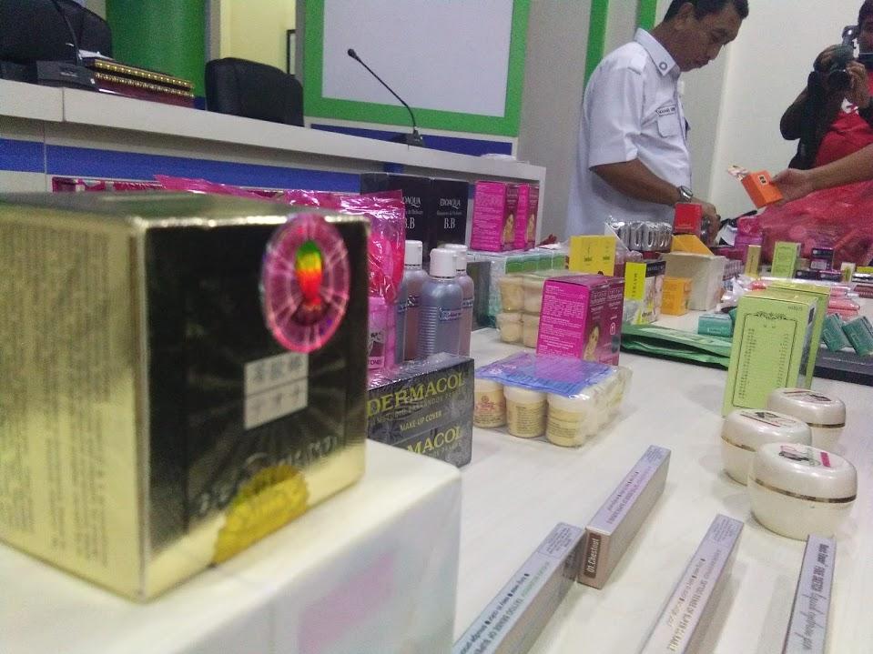 Kepala BPOM Gorontalo Yudi Novandi dalam jumpa pers Senin ( 10/12/2018). Dalam kesempatan itu pihaknya mengatakan, lebih dari 16 ribu kosmetik dan obat obatan illegal yang diperdagangkan melalui sosial media.(Foto: Lukman Polimengo)
